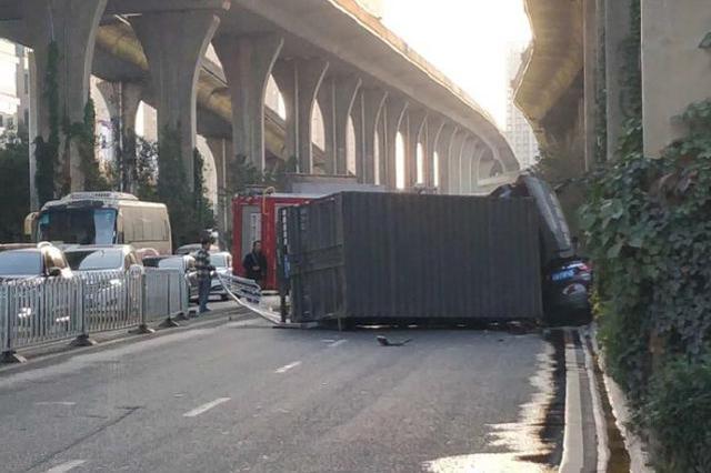 视频|昆明金星立交桥下层发生两车相撞事故致1人死亡