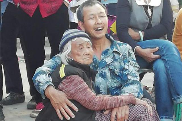 陪你变老:云南汉子抱白发老母看戏!