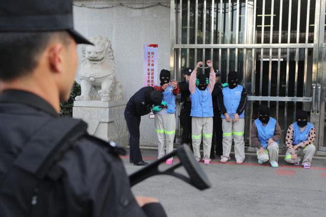 云南一村官成立护村队:给队员统一配发钢管大刀