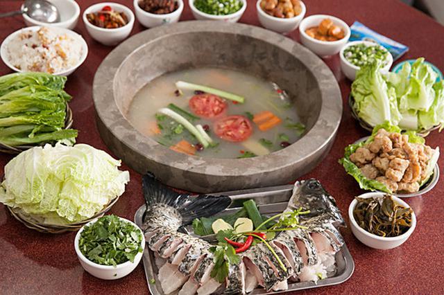 美食丨抚仙湖山珍蒸汽石锅鱼 云南美食又一怪