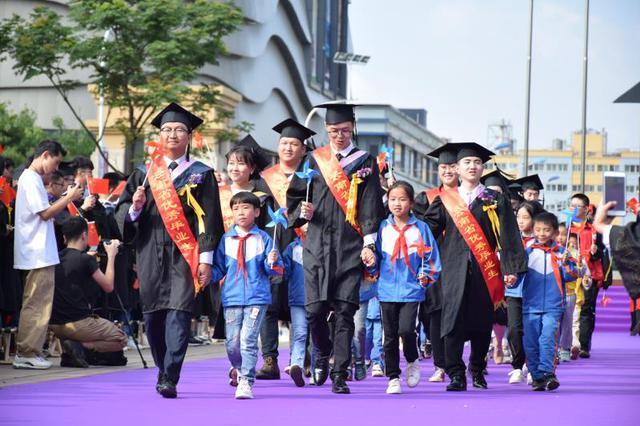 云师大商学院2019届毕业典礼举行 全场唱响《我和我的祖国》
