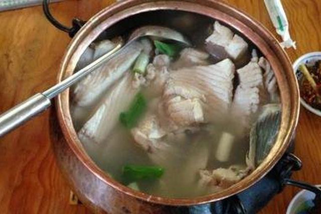 别具风味的铜锅煮鱼与澄江禄充蘸水