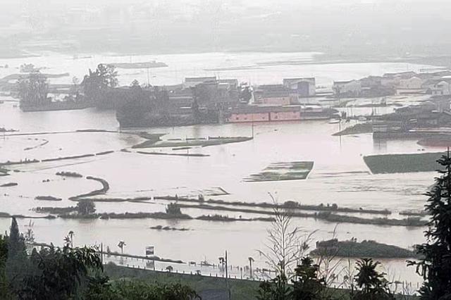 强降雨致猴桥告急 云南保山边境管理支队救援冲锋