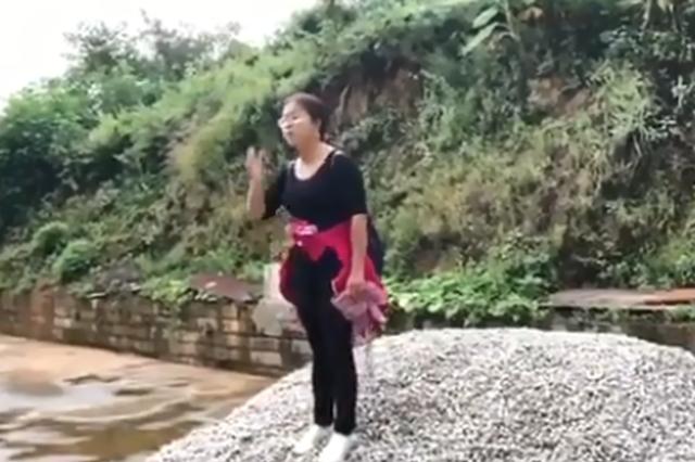 """云南扶贫工作者发飙""""骂""""贫困户 意外获赞无数"""