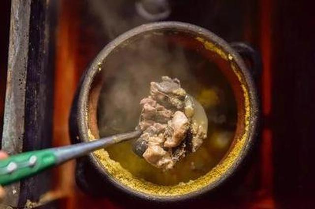 美食丨炖鸡竟然用油灯!藏在腾冲花海深处的神秘美食