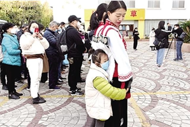 """丽江79名湖北游客踏上返乡路 """"明年我们还会再来"""""""