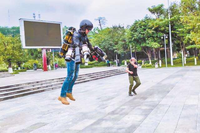 """自制飞行服试飞视频火遍网络 现实版""""钢铁侠""""来了!"""