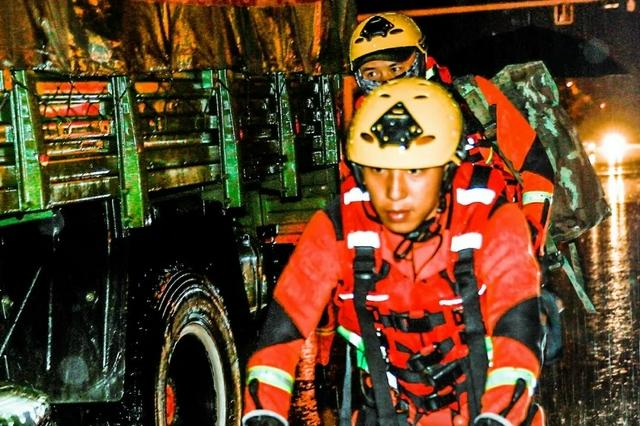 海报|迎洪而上 我是森林消防员!