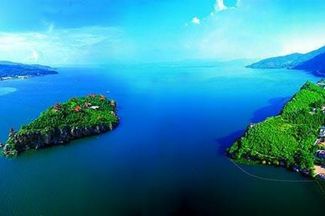 中秋节期间 抚仙湖秀美风景吸引大批游客来打卡