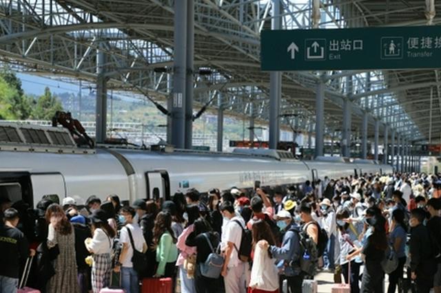 """云南铁路迎来""""十一""""返程高峰!预计今日发送旅客25万人次"""