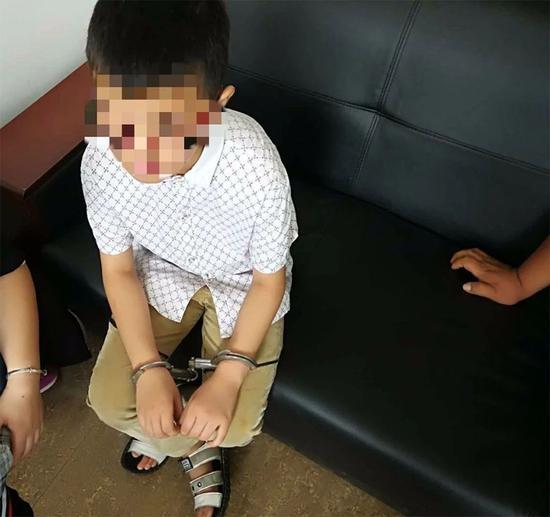 小孩被手铐铐住,无法打开。(警方供图)