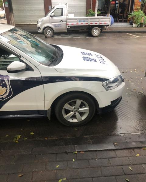网民举报的警车违停照。(供图)
