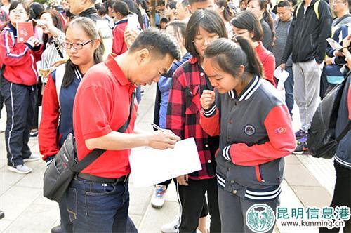 学校老师帮考生仔细核对名单检查证件、文具。记者合宇聪/摄