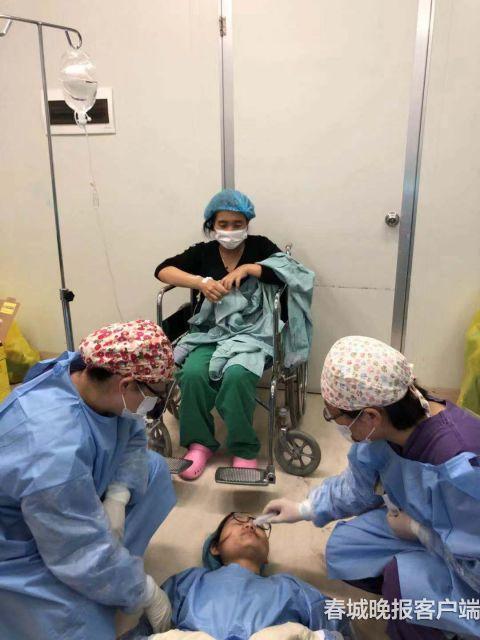 晕倒后苏醒的产科主任打着点滴指挥抢救,此时一名护士又晕倒了