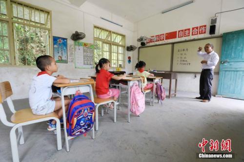 乡村教师正在上课 谭凯兴 摄