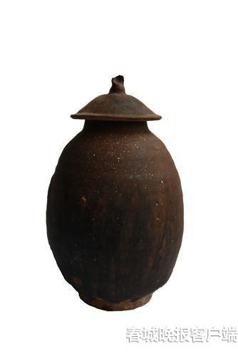 带盖酱釉罐