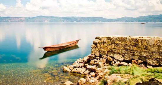 抚仙湖的水很清,清的让你看不出它在流动,和着柔柔的轻风,让人心旷神怡。