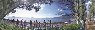 12日的昆明,阳光明媚,清澈的滇池让游客流连忘返。记者 张彤 摄