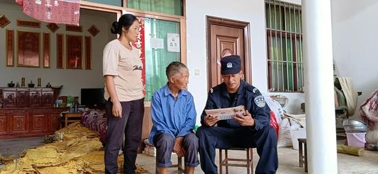 保山移民管理警察被蚊虫叮咬红肿的照片,让多少人心疼动容