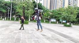 刘东升正在测试一套自制的穿戴式飞行服,这套飞行服上设计有多个发动机,整体造价达七八十万元。(视频截图)