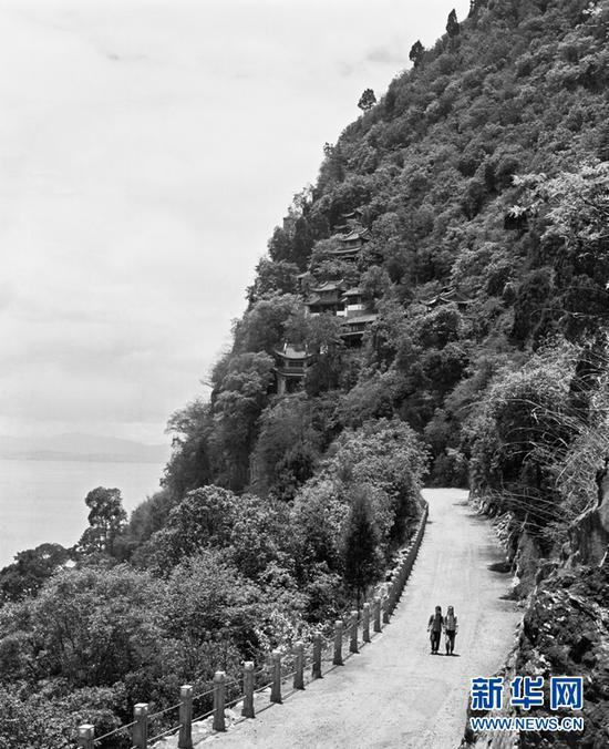 滇池之畔、西山之巅,两个扎着辫子的女孩在游览的路上。(杨长福拍摄于1962年)