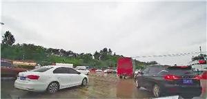 通过昆明西收费站后,大部分小车向左并道避开货车,形成混行。 记者 苏颖 摄