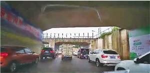 记者体验(8月30日) 下午5时许,太平收费站前铁路交叉口即出现拥堵。