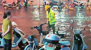 9日傍晚,排水公司员工还在处置积水。视频截图