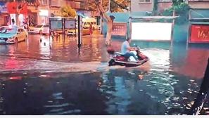 9日傍晚,城区部分路面淹积水。视频截图