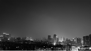 12日晚昆明主城区上空灰蒙蒙 网友@蘇蘇子灏供图
