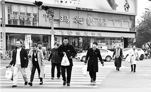 中国式过马路,一群人闯红灯。