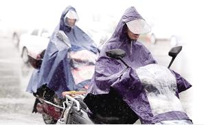 """昆明连续雨雨雨,是否进雨季还""""待定""""。记者 杨峥 摄"""
