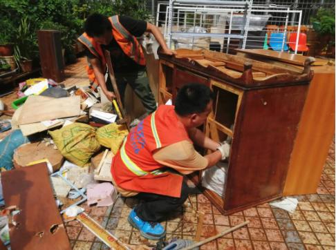 翠湖社区工作人员开展楼道清理整治工作。