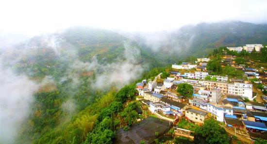 俯瞰云雾萦绕的碧寨乡天宁社区  熊大孝摄