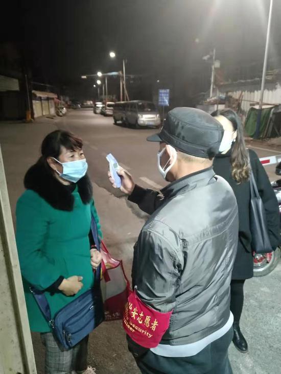 各村组专人值守在各出入口,进出人员要登记、测量体温