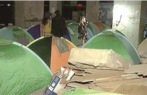 在烂尾楼里搭帐篷维权的这些业主已被劝离 视频截图