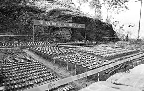 扫雷官兵在天保口岸四号洞雷场排除的部分地雷和爆炸物