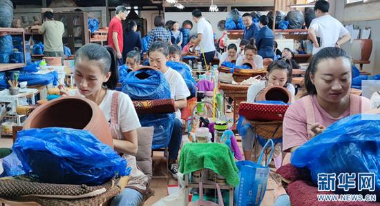 陶茶居工作室内,工人们分工制作紫陶作品(9月9日摄)。新华网 韩文萍 摄