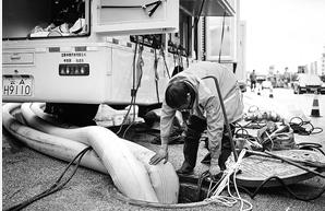 昆明排水公司在大商汇抽排积水 记者 龙宇丹 摄