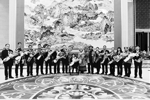 """21日20时许,""""全国脱贫攻坚楷模""""荣誉称号获得者张桂梅、112位全国脱贫攻坚先进个人代表和85个先进集体代表载誉回到昆明。 记者 龙宇丹 摄"""