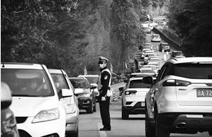 交警疏导交通
