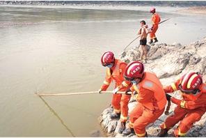 消防员积极营救溺水少年