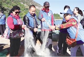 志愿者查看收缴的非法渔具