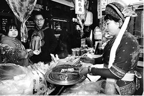 南强街夜市小吃 记者 龙宇丹 摄