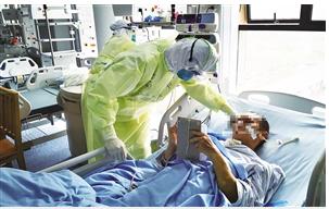 队员在咸宁市中心医院对危重症患者进行治疗