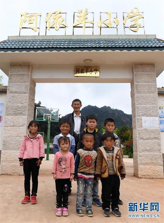 王正祥和部分学生在校门口合影(9月6日摄)。