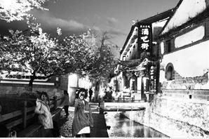 丽江酒吧街白天质朴,夜间沉醉。