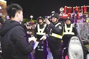 警方对可疑人员进行信息采集