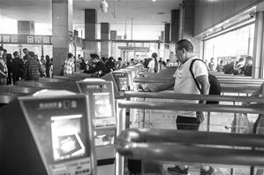 凭二维码或身份证件进站,大大减少了旅客排队候车的时间。 昆明局集团供图