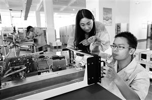 滇中新区首个空气监测设备 记者 李秋明 摄